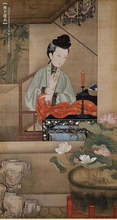 "Qing Dynasty. 清,北京故宫藏。《十二美人图》烛下缝衣 |  清风徐徐,红烛摇曳,仕女勤于女红,在烛光下行针走线。女红包括纺织、刺绣、缝纫等,古代隶属于衡量女子""四德(妇德、妇言、妇功、妇容)""中的""妇功"",是评价女子品行高低的重要标准之一。因此,女子们无论贫富贵贱,均以擅女红为能事。此图中女子兰指轻拈,针线穿行,低眉落目,若有所思。明窗外一只红色的蝙蝠飞舞在翠竹间,""鸿福将至""的吉祥寓意巧妙地蕴涵在图画之中。"