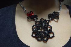 collana elegante con fiori in rilievo e perline