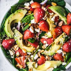 Gorgeous summer strawberry spinach salad topped with avocado, feta, red onion, toasted almonds, pistachios and drizzled with a flavorful strawberry balsamic vinaigrette. The best ever strawberry salad recipe that's sweet, tangy, crunchy, creamy and the perfect lunch or easy side dish! #salad #spinach #strawberries #feta #pistachios #balsamic #healthylunch #vegetarian Quinoa Salat, Avocado Salat, Avocado Food, Spinach Strawberry Salad, Strawberry Balsamic, Strawberry Summer, Spinach Quinoa Salad, Chopped Spinach, Salad Topping