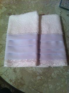 Toalhas de lavabo com aplicaçáo de renda, babado de piquê e acabamento de microperolas