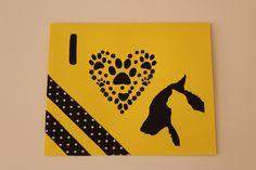 "Tarjeta ""I <3 dogs and cats"" 15x12.5cm 185g Colores: amarillo y negro Washi tape: negro con lunares blancos  (Personalizada)"