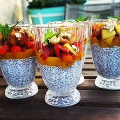 Klasyka gatunku. Pudding z CHIA! Szklanka mleka roślinnego dwie łyżki chia trochę syropu z agawy. Dobrze mieszamy i odstawiamy na noc do lodówki. Dnia następnego kładziemy na wierzch mus z mango owoce sezonowe i orzechy. Wszystko do kupienia na bio-market.pl   #chia #dessert #healthyhabits #stayfit #instagood #instalike #instapic #followme #amazing #lifestyle #love #picoftheday #biomarketpoznan #vegan #poznan #puddingchia #mango