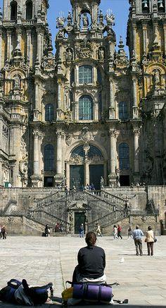 El peregrino contempla la catedral. Final del camino a santiago de compostela