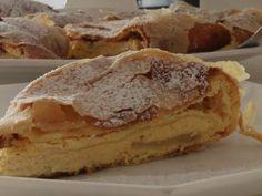 Topfenstrudel mit knuspriger Hülle und saftiger Fülle Hungarian Recipes, Hungarian Food, Apple Pie, Bakery, Stollen, Tiramisu, Desserts, Cooking, Dessert Ideas