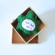 Kerstboomhanger SterGroenEen lieve ster om de boom mee te versieren of om op te hangen als kerstversiering op een ander leuk plekje in huis.Voor jezelf of als cadeau. De ster zit verpakt in een mooi kartonnen doosje.Doorsnee ster:  /- 8 cm.