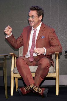 Robert Downey Jr is understandably happy with himself in this great Canali suit. Celebrity Film, Celebrity Style, Blue Suit Looks, Valentino Suit, Canali Suits, Cashmere Suit, Best Dressed Man, Retro Shirts, Downey Junior