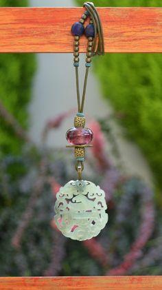 Colgante  zen jade marfil y cristal frambuesa de Doce Cuentas por DaWanda.com