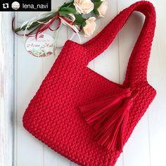 ⠀⠀⠀⠀⠀⠀⠀⠀⠀⠀ A cor vermelha é sempre uma boa pedida para bolsas Elegante e ao mesmo tempo poderosa ❤ Inspire-se e arrase por aí 💋🍓…