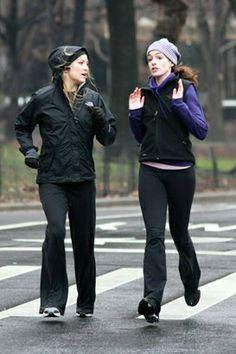 Kate Hudson and Anne Hathaway go speed walking while filming a scene from Bride Wars.