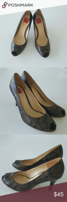Oscar de La Renta Sneake Skin Pumps Authentic pair of shoes from Oscar de La Renta brown sneake leather, open toe, very elegant and chic, perfect for any outfit.  Gently worn, very clean as you can see the pictures. Oscar de la Renta Shoes Heels