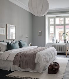 Minimal home with a grey bedroom - Sovrum Diy Gray Bedroom, Home Bedroom, Bedroom Decor, Decor Room, Bedroom Wall, Minimalist Bedroom, Minimalist Home, My New Room, Home Fashion