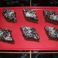 Ak nemáte čas vypekať? Skúste rýchly čokládový koláč s kokosom.. Rum, Desserts, Tailgate Desserts, Deserts, Postres, Rome, Dessert, Plated Desserts