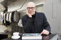 Hans-Jörg Walter: Der Berner Autor Stefan Buck in der Kleiderboutique «Set and Sekt», die in seinem Stadtbuch zu Basel auch vorgestellt wird. - Tageswoche
