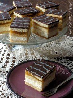 Sernik gotowany z prażonymi jabłkami Mini Desserts, No Bake Desserts, Dessert Recipes, Baking Company, Polish Recipes, How Sweet Eats, Cream Cake, Dessert Bars, Baked Goods
