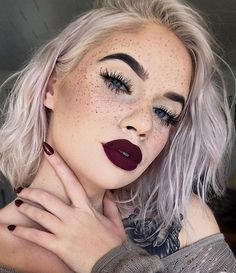Freckles, lashes, and dark lips by @laurenroher