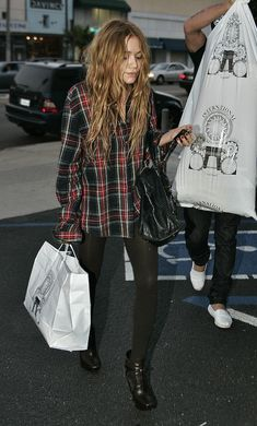 MARY-KATE | LONG WAVY HAIR   OVERSIZED PLAID SHIRT