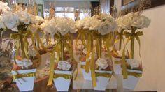 Linda topiara de rosas branco puro, em e.v.a, material que imita perfeitamente o toque,aparência e textura de uma rosa natural! e ramos dourados dão seus destaques juntamente com fita e laço de cetim dourados, topiara contém 9 rosas rosas disponíveis nas seguintes cores: AMARELO / BRANCO PURO / CHAMPAGNE / LILÁS / VERMELHO / LARANJA / ROXO / ROSA BEBÊ- Topiara em um cachepô em MDF 11X11 já alt. total com arranjo aprox. 30 cm Perfeito como decoração em geral de suas festas, como bodas de our…