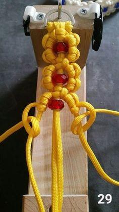 Raya´s Makramee Flor it yourself projects Raya´s Makramee Flor Diy Friendship Bracelets Patterns, Diy Bracelets Easy, Bracelet Crafts, Bracelet Patterns, Paracord Braids, Paracord Knots, Paracord Bracelets, Swiss Paracord, Loom Bracelets