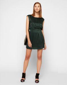 Das Kleid von POP cph in cooler Skater-Silhouette kommt im gewaschenen Look aus reiner Seide. Der weite Ausschnitt und die lockere Taillierung geben dem Dress eine absolut feminine Ausstrahlung. Seidenweich schmeichelt das Textil auch auf der Haut.