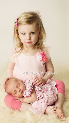Cute and easy sibling with newborn pose