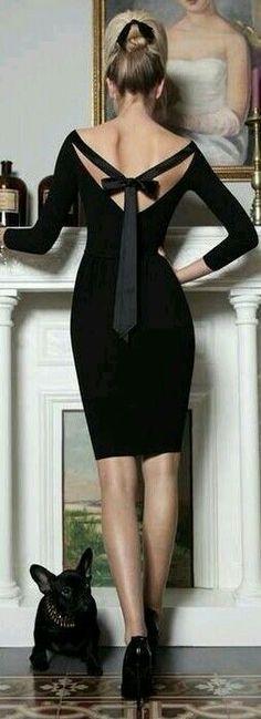 Le petit noir robe. Reliure dans la garde-robe féminine, la sophistication intemporelle!