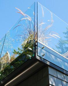 Glas Stahl Geländer hohe Stauden Balkon Sichtschutz Ideen