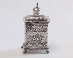 Catawiki online auction house: Zilveren theebusje