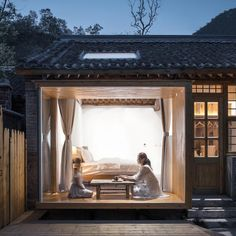 A picture window that shows the interior of a hostel. Amazing Architecture, Architecture Design, Chinese Architecture, Timber Structure, Great Wall Of China, Indochine, Design Awards, Detached House, Table Furniture