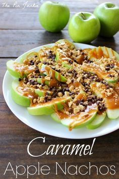 Caramel Apple Nachos 2 apples ( green Granny Smith, cored and sliced ) 5 ounces caramels ( candies ) 1 teaspoon water cup peanuts ( chopped ) 2 tablespoons mini chocolate chips Yummy Snacks, Healthy Snacks, Snack Recipes, Cooking Recipes, Healthy Recipes, Dessert Recipes, Healthy Eating, Easy Snacks, Healthy Dinners