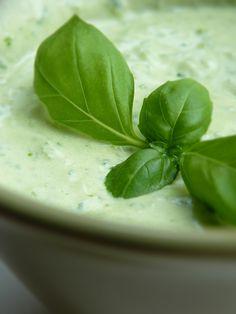 Recept på Grön örtsås. Enkelt och gott. Den här gröna örtyoghurtsåsen är vansinnigt god till helstekt skivad fläskfilé eller kycklingfilé och potatisgratäng. Och som du säkert förstår passar den utmärkt till buffé. Ett annat hett tips är följande: Värm ugnen till 200 grader. Bryn laxfiléer i en stekpanna, lägg över i en form och stek färdigt i ugn (ca 10 minuter). Koka under tiden bandpasta. När laxen är färdig blandar du den avsvalnade bandpastan med såsen och serverar. Spinach, Pudding, Vegetables, Tableware, Ethnic Recipes, Desserts, Tips, Food, Sauces
