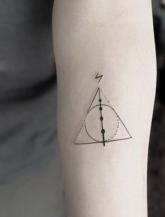 Tatuagem Harry Potter: 80 tattoos para eternizar seu amor pela saga Harry Potter Tattoo: 80 tattoo options to perpetuate your love for the saga Hp Tattoo, Tattoo Geek, Tattoo Dotwork, Blue Tattoo, Tattoo Flash, Mini Tattoos, Body Art Tattoos, Small Tattoos, Tatoos