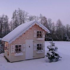 so hat das SPIELHAUS letztes jahr in WEISS ausgesehen - ach, ich freue mich sooooo auf den richtigen WINTERZAUBER mit ganz viiiiiiel SCHNEE!#letitsnow #winter #hellowinter #spielhaus #lekstuga #playhouse #winterday #lumixandme #lumix #winterwonderland #snow #schnee #kindertraum #instakids #thatsdarling #kidsinterior #kidsinspo #kidsdecoration #kidsroom #bloggermama #bloggermom #swissblogger #goodevening #goodnight #picoftheday#kidsroom#instakids#wintertime