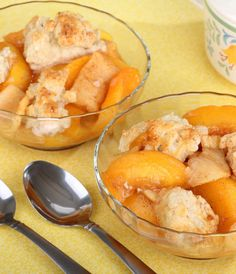 Slow-Cooker Peach Cobbler Slow cookers are especially handy for creating deeply flavorful desserts with very little prep time. This peach cobbler can be prepared with fresh or frozen peaches. Peach Cobbler Slow Cooker, Fresh Peach Cobbler, Köstliche Desserts, Delicious Desserts, Dessert Recipes, Drink Recipes, Breakfast Recipes, Slow Cooker Recipes, Cooking Recipes