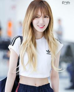 Wendy Showed Off Her Unbelievably Tiny Waist At The Airport - Koreaboo Seulgi, Kpop Fashion, Korean Fashion, Korean Girl, Asian Girl, Korean Idols, Snsd Yuri, Oppa Gangnam Style, Wendy Red Velvet