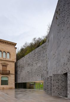 New and old blend @ San Telmo Museum Extension in San Sebastian Spain by Nieto Sobejano Arquitectos Architecture Cool, Contemporary Architecture, Landscape Architecture, Building Facade, Building Design, Habitat Collectif, Construction, Exterior, Twitter Jobs