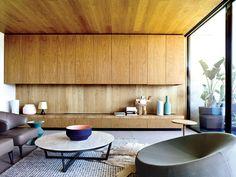 Formas puras, así como líneas verticales y horizontales caracterizan la arquitectura y el diseño interior de esta vivienda en los suburbios de Melbourne, Australia.