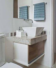 No banheiro, o porta-toalha tem desenho simples e acabamento cromado. (Tok & Stok, R$ 118) Da mesma loja, o kit de higiene Inclui quatro potes de cerâmica branca esmaltada (R$ 129). O espelho fixado acima da bancada mede 1,16 x 0,63 m. (Vidroshow, R$ 140).