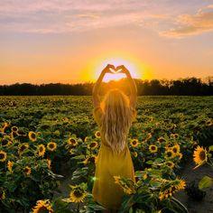 Woman in a sunflower field Sunflower Field Photography, Summer Photography, Creative Photography, Portrait Photography, Conceptual Photography, Pictures With Sunflowers, Sunflower Field Pictures, Sunflower Feild, Sunflower Patch