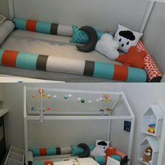 Rolos para cama casinha e almofadas coloridas