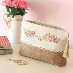 Diy Bag Zipper Fabrics Ideas For 2019 Diy Bag With Zipper, Zipper Bags, Zipper Pouch, Embroidery Purse, Potli Bags, Sewing Leather, Jute Bags, Patchwork Bags, Fabric Bags