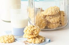 Your kids will love making these biscuits with crispy rice bubbles and sweet apricots. Biscuit Cookies, Biscuit Recipe, Rice Bubble Recipes, Rice Bubble Slice, Healthy Lunchbox Snacks, Snack Recipes, Cooking Recipes, No Bake Snacks, Fast Dinners