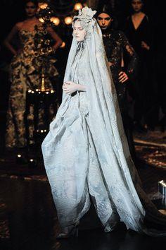 Ecco gli abiti da sposa d alta moda più belli per il prossimo autunno c44f4b8ec27