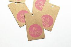 Soyez heureux d'étiquettes. étiquettes en papier kraft estampillé à la main. sacs faveur de mariage de bricolage anniversaire Noël. emballage de cadeau de vacances. lot de 5