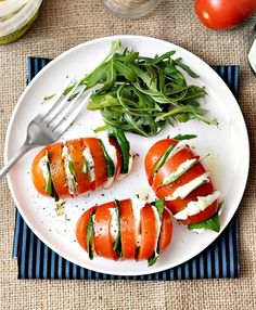 hasselback caprese salad- I can see this as an easy summer salad using spinach, sliced cucumbers, and dark green leaf lettuce with grandpa's oil and vinegar or citrus dressing. Ensalada Caprese, Caprese Salad, Tomato Caprese, Mozzarella Salad, Food Salad, Tomato Basil, Healthy Snacks, Healthy Eating, Healthy Recipes