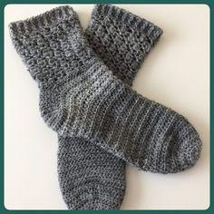 eenvoudige gehaakte sokken 1 Easy Crochet Socks, Crochet Socks Pattern, Crochet Boots, Crochet Mittens, Crochet Gloves, Crochet Slippers, Knitting Socks, Diy Crochet, Hand Crochet