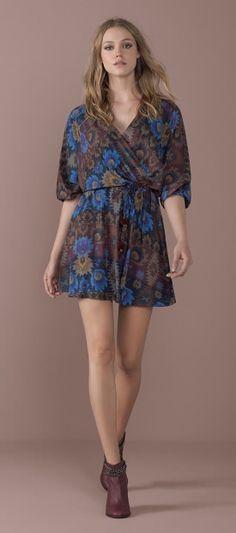 vestido meia manga estampado floral etnico cintura marcada decote v bota cano medio salto alto detalhe corrente tornozelo