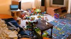 Louça suja na pia, brinquedos espalhados por toda a casa, objetos que cobrem cada centímetro de espaço vazio