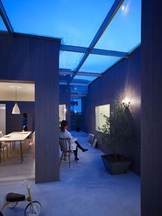 -suppose-design-office interesting architecture design where the entire house is consist of modules linked together by a grid glass roof, creating an alley which seemed both indoors and outdoors. Flat Roof Design, Tiny House Design, Gym Design, Interior Architecture, Interior And Exterior, Japanese Architecture, Interior Design, Suppose Design Office, Design Japonais
