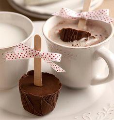 chocolate ao leite preso no palito, para derretê-lo em uma xícara de chocolate quente