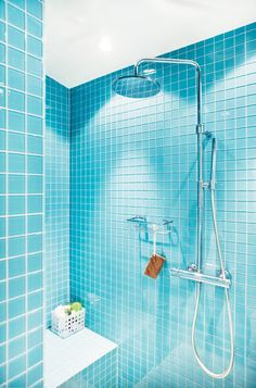 Simple blue glass tile rocks this shower! Turquoise Tile, Turquoise Bathroom, Bathroom Colors, Bathroom Ideas, Blue Glass Tile, Blue Tiles, Glass Tiles, Yellow Bathrooms, Tiled Bathrooms